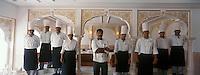 Asie/Inde/Rajasthan/Udaipur : Hôtel Taj Lake Palace sur le lac Pichola - Equipe des cuisiniers dans le restaurant