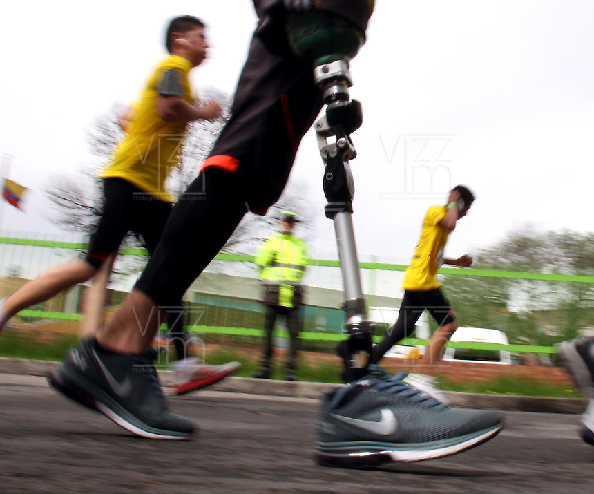 BOGOTA -COLOMBIA, 12-ABRIL-2015. Carrera atletica  11K ,Presta Tu Pierna , Corre Contra Las Minas . / 11K track meet, pay your leg, Runs Against Mines . Photo / VizzorImage / Felipe Caicedo  / Staff