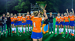 BLOEMENDAAL  - Hockey -  finale KNHB Gold Cup dames, Bloemendaal-HDM (1-1)  . Bloemendaal wint na shoot outs. Melle Spruijt (Bl'daal)  met de beker. COPYRIGHT KOEN SUYK