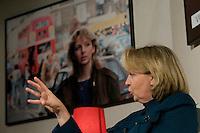 Wahlkampfveranstaltung von Hannelore Kraft, Landesvorsitzende der nordrhein-westfaelischen SPD. Kraft ist Spitzenkandidatin zur Landtagswahl am 9. Mai 2010.<br />Am Dienstag den 2.2.2010 lud die NRW-Spitzenkandidatin der SPD, Hannelore Kraft zu ihrer Veranstaltungsreihe &quot;Hannelore Kraft - Von Mensch zu Mensch&quot; in das Grillo-Cafe in Essen. Sie praesentierte sich ganz locker auf einem Ledersofa den ca. 280 SPD-Genossen und plauderte ueber ihr Privatleben.<br />Im Hintergrund ein Foto von ihr als 27jaehrige aus dem Jahre 1987 Jahren in London.<br />2.2.2010, Essen<br />Copyright: Christian-Ditsch.de<br />[Inhaltsveraendernde Manipulation des Fotos nur nach ausdruecklicher Genehmigung des Fotografen. Vereinbarungen ueber Abtretung von Persoenlichkeitsrechten/Model Release der abgebildeten Person/Personen liegen nicht vor. NO MODEL RELEASE! Don't publish without copyright Christian-Ditsch.de, Veroeffentlichung nur mit Fotografennennung, sowie gegen Honorar, MwSt. und Beleg. Konto: I N G - D i B a, IBAN DE58500105175400192269, BIC INGDDEFFXXX, Kontakt: post@christian-ditsch.de Urhebervermerk wird gemaess Paragraph 13 UHG verlangt.]