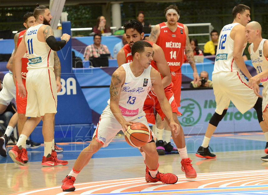 MEDELLÍN - COLOMBIA, 25-08-2017: Angel RODRIGUEZ de Puerto Rico disputa el balón con Jorge GUTIERREZ de Mexico durante partido de la fase de grupos, grupo A, de la FIBA AmeriCup 2017 jugado en el coliseo Iván de Bedout de la ciudad de Medellín.  El AmeriCup 2017 se juega  entre el 25 de agosto y el 3 de septiembre de 2017 en Colombia, Argentina y Uruguay. / Angel RODRIGUEZ of Puerto Rico fights for the ball with Jorge GUTIERREZ of Mexico during the match of the group stage Group A of the FIBA AmeriCup 2017 played at Ivan de Bedout  coliseum in Medellin. The AmeriCup 2017 is played between August 25 and September 3, 2017 in Colombia, Argentina and Uruguay. Photo: VizzorImage / León Monsalve / Cont