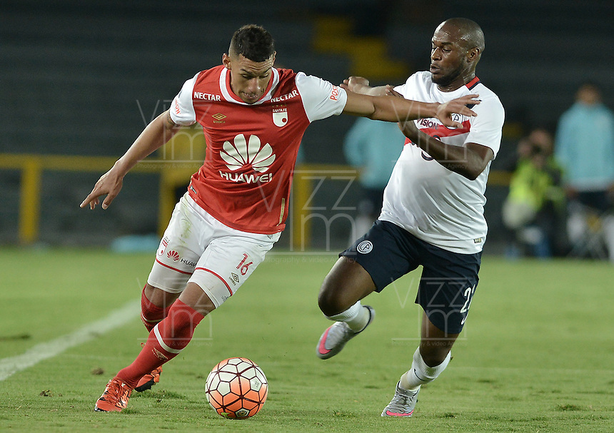 BOGOTÁ-COLOMBIA-16-02-2016: Yeison Gordillo (Izq) jugador de Independiente Santa Fe de Colombia disputa el balón con Luis Leal (Der) jugador de Cerro Porteño de Paraguay, durante partido de la fecha 1 por la segunda fase, llave G8, de la Copa Bridgestone Libertadores 2016 jugado en el estadio Nemesio Camacho El Campin de la ciudad de Bogotá. / Yeison Gordillo (L) player of Independiente Santa Fe of Colombia fights for the ball with Luis Leal (R) player of Cerro Porteño of Paraguay during the match of the date 1 for the second phase, G8 key, of the Copa Bridgestone Libertadores 2016 played at Nemesio Camacho El Campin stadium in Bogota city.  Photo: VizzorImage/ Gabriel Aponte /Staff