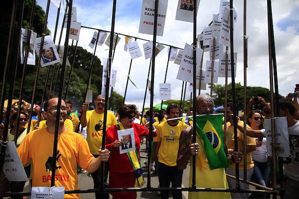 BRA504. BRASILIA (BRASIL), 15/03/2015.- Personas participan en una manifestación contra la presidenta brasileña, Dilma Rousseff, hoy, domingo 15 de marzo de 2015, en la ciudad de Brasilia (Brasil). Cientos de miles de personas protestaron contra la presidenta Dilma Rousseff, en Brasilia, en el marco de una jornada de manifestaciones convocadas en decenas de ciudades de todo el país. La protesta de Brasilia comenzó a las 9.30 hora local (12.30 GMT) en la explanada de los ministerios y llegó hasta la frente del Congreso Nacional Brasileño, con la participación de grupos de ciudadanos opositores sin vínculo declarado con partidos políticos. Los manifestantes corearon consignas contra Rousseff y el oficialista Partido de los Trabajadores (PT) y en rechazo de la corrupción. EFE/Fernando Bizerra Jr.