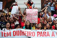 RIO DE JANEIRO,RJ,12.06.2013: PROFESSORES DO MUNICIPIO REALIZAM PROTESTO NO CENTRO DO RIO- Profissionais da educação do municipio do Rio, realizaram um protesto nas escadarias da Camara dos Vereadores, contra a falta de de respeito com os professores, alunos e o abandono do sistema de ensino. Rosas foram distribuidas a populares e policias que acompanhavam o protesto e balões vermelhos foram soltos. SANDROVOX/BRAZILPHOTOPRESS