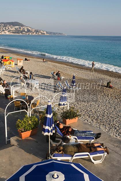 Europe/France/06/Alpes-Maritimes/Nice: Sieste sur la plage de la Promenade des Anglais par une aprés midi d'hiver