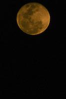 ITU, SP, 19.10.2013 - LUA CHEIA - Lua vista a partir da cidade de Itu interior do Estado de São Paulo na noite deste sabado, 19. (Foto: WIlliam Volcov / Brazil Photo Press).