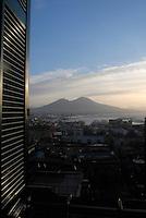 Napoli, il Vesuvio da corso vittorio emanuele.