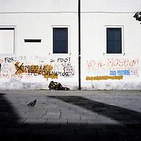 Venezia: un senza tetto  steso in una piazzetta..Venice: a homeless man lying in a small square