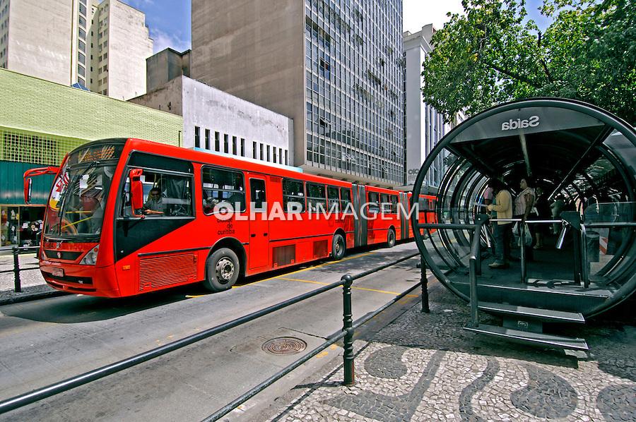 Õnibus expresso biarticulado na Estação Central. Curitiba. Paraná. 2007. Foto de Zig Koch.