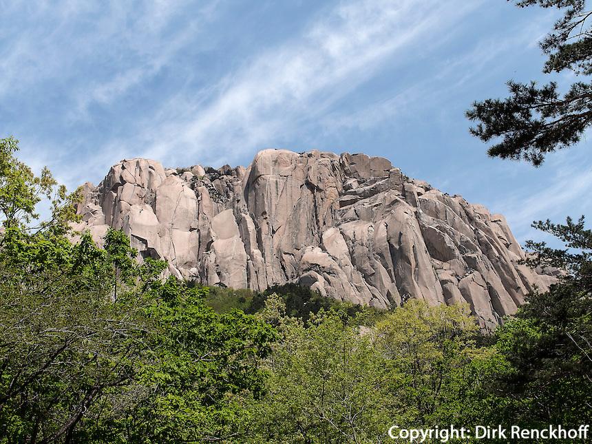 Ulsanbawi-Felsen im Nationalpark Seoraksan bei Sokcho, Provinz Gangwon, S&uuml;dkorea, Asien, UNESCO-Biosph&auml;renreservat<br /> Ulsanbawi rock, buddhistic temple Sinheungsa in , Seoraksan National Park near Sokcho, province Gangwon, South Korea, Asia, UNESCO Biosphere reserve