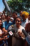 INDIA, New Delhi, Arundhati Roy interviewed by press people after Supreme Court session / INDIEN, New Delhi, Arundhati Roy vor Presseleuten nach einer Anhoerung vor dem Obersten Gericht