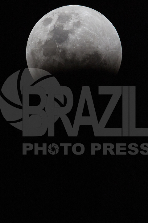 SÃO PAULO, SP, 27.09.2015 - LUA-ECLIPSE- Super lua e eclipse lunar é vistos partir da cidade de São Paulo na noite deste domingo, 27. (Foto: William Volcov/Brazil Photo Press)