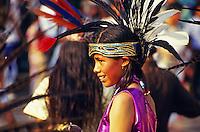 Kind mit Federschmuck beim Fest der Nationalheiligen Jungfrau von Guadalupe in Mexiko Stadt, Mexiko, Nordamerika