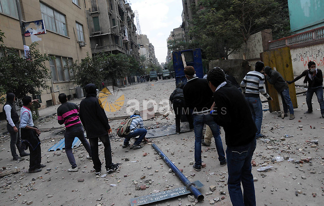 Egyptian youths throw stones at security forces during clashes in Cairo, Egypt, 20 November 2011. According to media sources, hundreds of protesters took control of Tahrir Square in the Egyptian capital on 20 November, following violent overnight clashes with security forces in which two people were killed and hundreds injured. The protesters were guarding the entrances to the iconic square in central Cairo, from which security forces were forced to withdraw after clashes in which teargas, rubber bullets and shotguns were reportedly used against the demonstrators. Security forces were deployed to protect the nearby headquarters of the Interior Ministry, while traffic was being redirected from the square. Photo by Ahmed Asad