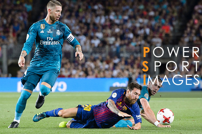 Lionel Messi of FC Barcelona (C) fights for the ball with Gareth Bale of Real Madrid (R) during the Supercopa de Espana Final 1st Leg match between FC Barcelona and Real Madrid at Camp Nou on August 13, 2017 in Barcelona, Spain. Photo by Marcio Rodrigo Machado / Power Sport Images
