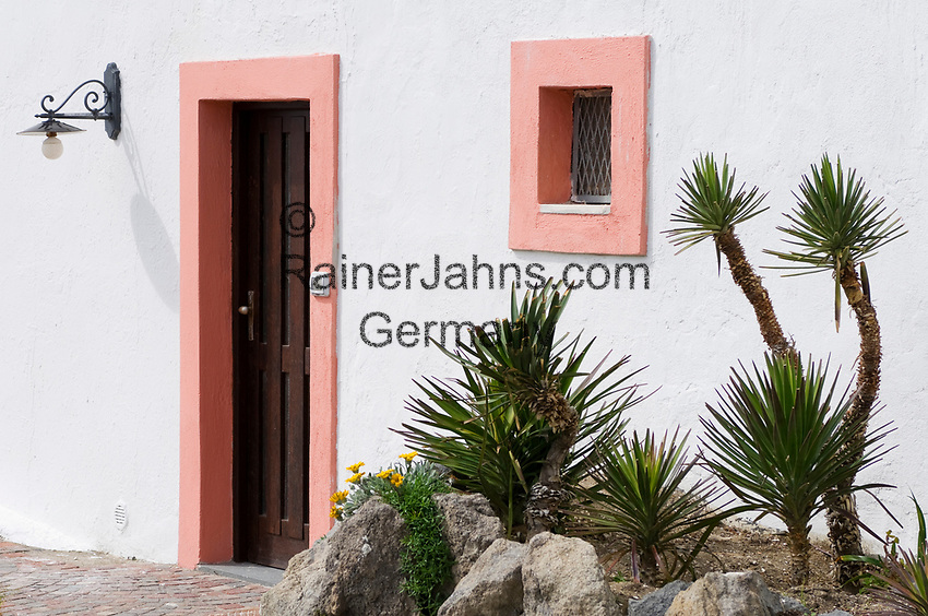 ITA, Italien, Kampanien, Ischia, vulkanische Insel im Golf von Neapel, Sant' Angelo: Hausfassade, Tuer, Fenster, Lampe, Kakteen | ITA, Italy, Campania, Ischia, volcanic island at the Gulf of Naples, Sant' Angelo: house front, door, window, lamp, cactus