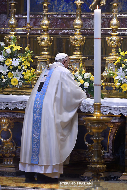 Pope Francis prays in front of the restored icon of Mary Salus Populi Romani  at the end of a holy mass at St. Mary Major Basilica in Rome, on January 28, 2018.