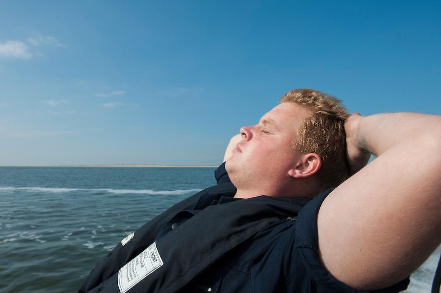 Nederland, Den Helder, 4 sept 2013<br /> Matroos van de marine geniet even van het mooie weer.<br /> Marine moet ook fors bezuinigen.<br /> <br /> Foto(c): Michiel Wijnbergh