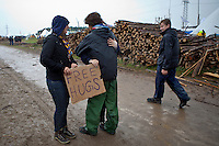 """A sign with """"Free Hugs"""" is a way to meet people. Photo: Kim Rask/Scouterna"""