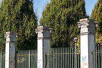 Milano, quartiere Bovisa, periferia nord. Colonne e capitelli lungo il muro di cinta della ex Armenia Films (Milano Films - prima casa di produzione cinematografica del primo novecento in Italia) --- Milan, Bovisa district, north periphery. Columns and capitals along the surrounding wall of former Armenia Films (Milano Films - Italy's first film production company from the early twentieth century)