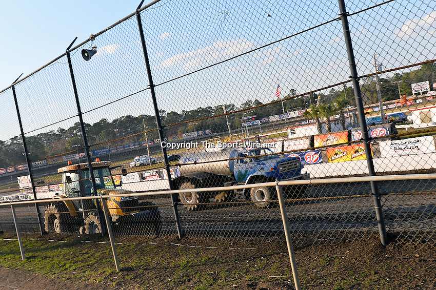 Feb 20, 2014; 5:06:25 PM;  Barberville, FL, USA;  World of Outlaws Late Model Series for 43rd Annual DIRTcar Nationals presented by Summit Racing Equipment at Volusia Speedway Park.  Mandatory Credit: (thesportswire.net)