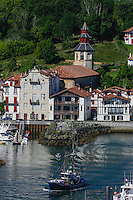 France, Pyrénées-Atlantiques (64), Pays-Basque, Saint-Jean-de-Luz :Le port de pêche , le Thonier Canneur: Airosa  rentre au port, en fond l' Église Saint-Vincent de Ciboure // France, Pyrenees Atlantiques, Basque Country, Saint Jean de Luz: the Fishing port and Airosa Line tuna vessel back from fishing , in the background Ciboure Church St Vincent
