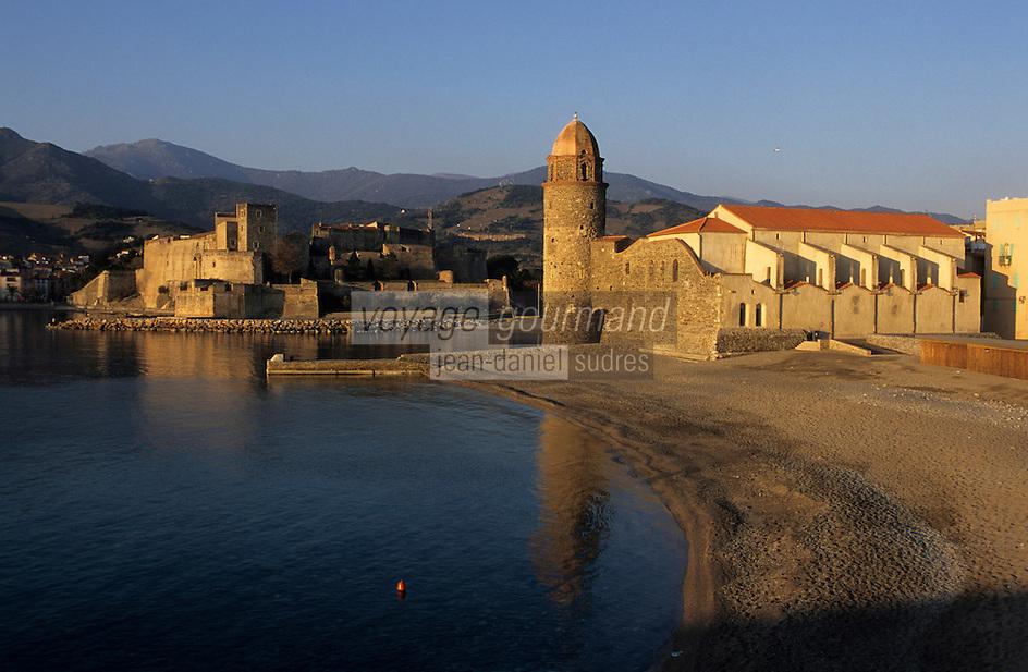 Europe/France/Languedoc-Roussillon/66/Pyrénées-Orientales/Collioure: le port et l'église avec son clocher dome qui fut l'ancien phare du port