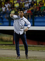 FLORIDABLANCA - COLOMBIA -19-02-2017: Ismael Rescalvo, técnico del Envigado, gesticula durante el encuentro entre Atlético Bucaramanga y Envigado FC por la fecha 4 de la Liga Águila I 2017 jugado en el estadio Álvaro Gómez Hurtado de la ciudad de Floridablanca. / Ismael Rescalvo, coach of Envigado, gestures during the match between Atletico Bucaramanga and Envigado FC for the date 4 of the Aguila League I 2017 played at Alvaro Gomez Hurtado stadium in Floridablanca city. Photo: VizzorImage / Duncan Bustamante / Cont