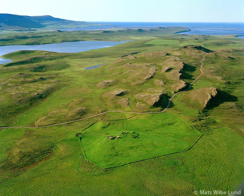 Litla-Borg séð til norðurs: Borgarvirki í bakgrunni. Húnaþing vestra áður Þverárhreppur / Litla-Borg viewing north: Borgarvirki old fortress on top of the little hill. Hunathing vestra former Thverarhreppur.