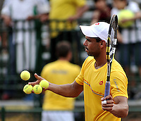 CALI - COLOMBIA – 03-04-2014: Alejandro Falla de Colombia regala pelotas al publico al termino de partido de la serie final de partidos en el Grupo I de la Zona Americana de la Copa Davis, partidos entre Colombia y República Dominicana en Estadio de Tenis Alvaro Carlos Jordan en la ciudad de Cali. / Alejandro Falla of Colombia gives balls to the public at the end of the match to the final series of matches in Group I of the American Zone Davis Cup, match between Colombia and Dominican Republic at the Alvaro Carlos Jordan Tennis Stadium in Cali, city. Photo: VizzorImage / Luis Ramirez / Staff