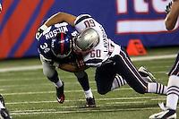 RB David Wilson (Giants) wird von DE Aaron Lavaria (Patriots) gestoppt