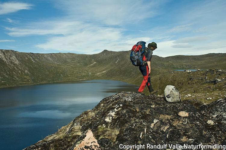 Jente går til fots i fjellterreng ----- Girl hiking in mountain terrain