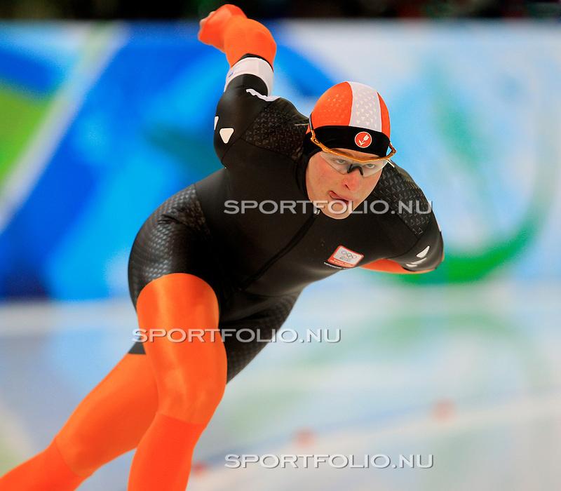 Canada, Vancouver, 12 februari 2010.Olympische Winterspelen 2010 .5000 meter  .Sven Kramer (l) van Nederland in actie tijdens zijn rit op de 5000 meter.