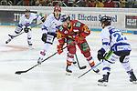 Duesseldorfs Alex Barta (Nr.29) mit Scheibe zwischen Straubings JeremyWilliams (Nr.18)  und Straubings MichaelConnolly (Nr.22)  beim Spiel in der DEL, Duesseldorfer EG (rot) - Straubinger Tigers (weiss).<br /> <br /> Foto © PIX-Sportfotos *** Foto ist honorarpflichtig! *** Auf Anfrage in hoeherer Qualitaet/Aufloesung. Belegexemplar erbeten. Veroeffentlichung ausschliesslich fuer journalistisch-publizistische Zwecke. For editorial use only.