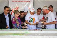 CURITIBA, PR, 29.03.2014 - ANIVERSÁRIO DE CURITIBA 321 ANOS / COMEMORAÇÃO - Prefeito Gustavo Fruet (PDT) e a Senadora Gleisi Hoffmannna (PT-PR) no momento do corte do bolo em comemoração ao aniversario de 321 anos de Curitiba na tarde deste sábado (29), festa realizada no parque Barigui.  (Foto: Paulo Lisboa / Brazil Photo Press)