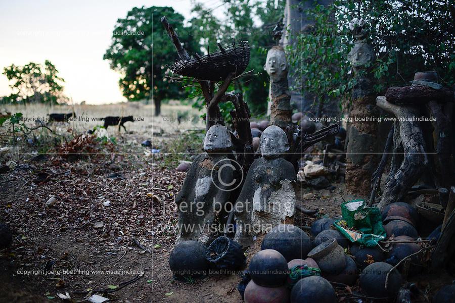 BURKINA FASO , Gaoua, Kampti, Lobi culture, Lobi is an ethnic group and they are animist and worship ancestor spirit, village KWEKWERA ( KOUEKOUERA ), court of fetish maker SIB TADJALTHE, fetish figures made from clay / Lobi Ethnie, Lobi sind Animisten und praktizieren Ahnenkulte, Dorf KWEKWERA ( KOUEKOUERA ), am Hof des Fetischmeister SIB TADJALTHE, Fetisch Figuren aus Lehm