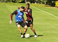 SÃO PAULO,SP,28.07.2016 - FUTEBOL-SÃO PAULO - Mena (e) e Kelvin durante treino técnico da equipe no Ct da Barra Funda zona oeste da cidade, na manhã desta quinta-feira (28).  (Foto : Marcio Ribeiro / Brazil Photo Press)