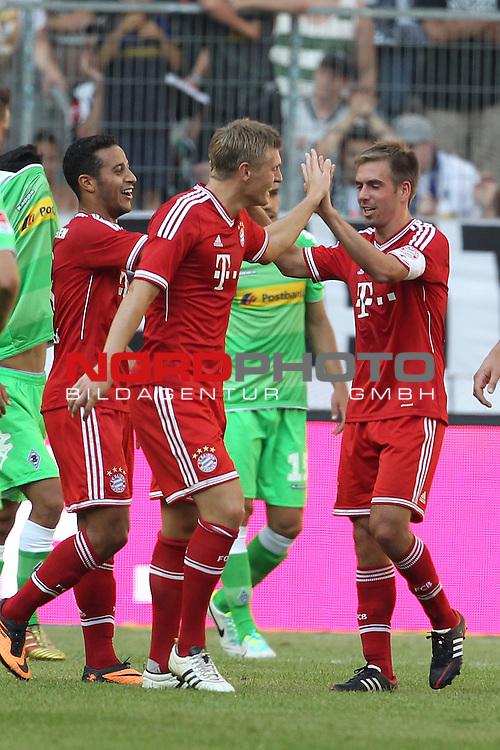 21.07.2013, Borussia Park, Moenchengladbach, GER, Telekom Cup 2013, Borussia M&ouml;nchengladbach vs FC Bayern M&uuml;nchen, im Bild<br /> Torjubel / Jubel  nach dem 0:2 durch Philipp Lahm (Muenchen #21)  mit Toni Kroos (Muenchen #39), Thiago Alcantara (Muenchen #6)<br /> <br /> Foto &copy; nph / Mueller