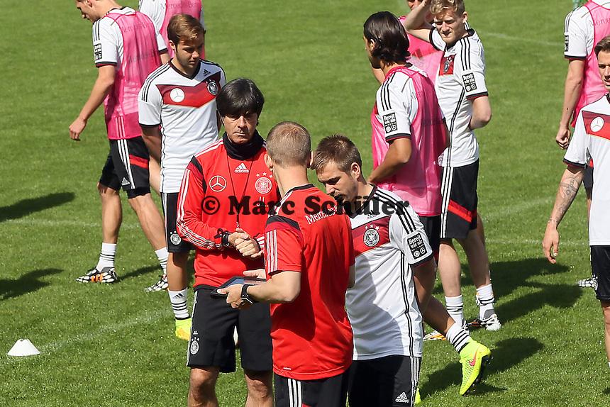 Bundestrainer Joachim Löw mit Philipp Lahm - Training der Deutschen Nationalmannschaft  zur WM-Vorbereitung in St. Martin