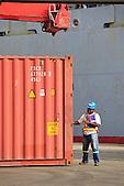 Docker contrôlant les conteneurs au déchargement, quai de Commerce International du Port Autonome de la Nouvelle-Calédonie.