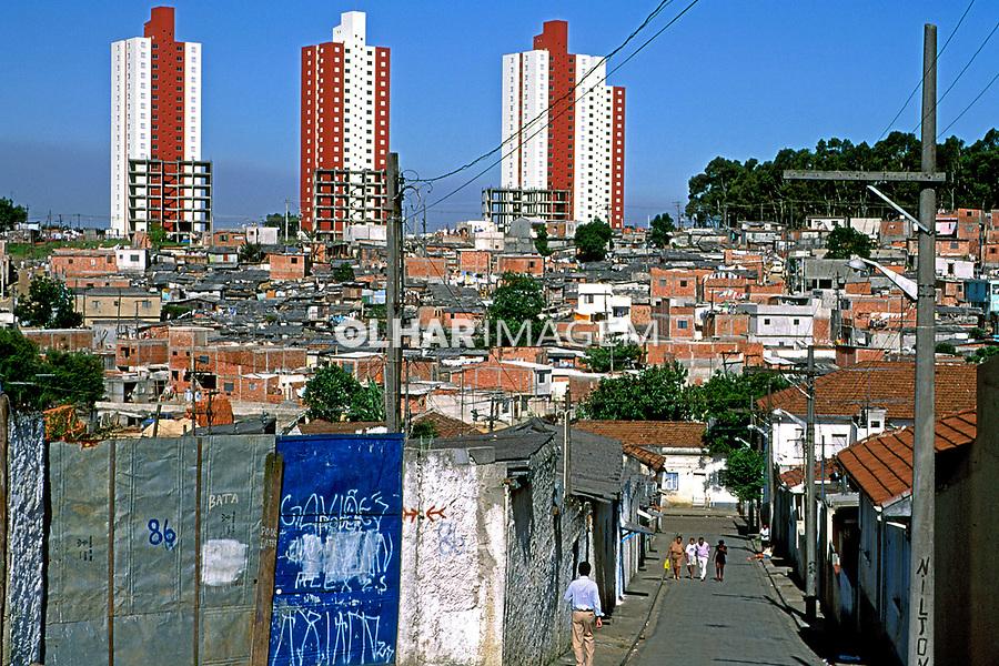Predios na favela de Heliópolis em São Paulo. 1994. Foto de Juca Martins.