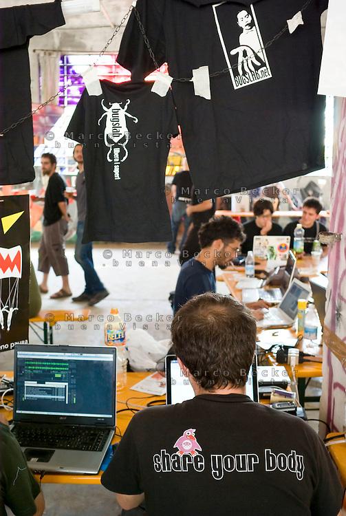 """Rho (Milano), Hackmeeting. Raduno annuale di hackers al centro sociale """"La Fornace"""" --- Rho (Milan), Hackmeeting. Annual meeting of hackers at """"La Fornace"""" social centre"""