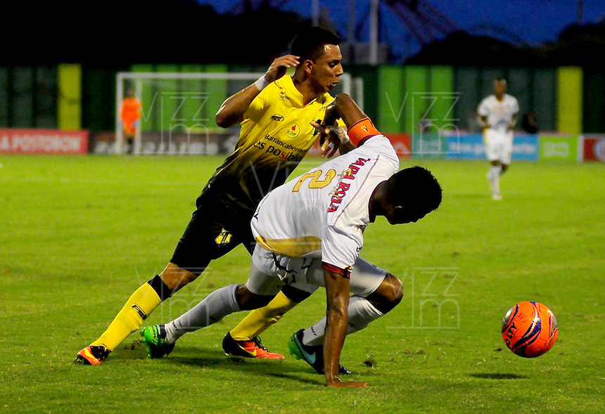 BARRANCABERMEJA -COLOMBIA, 11-02-2017:  Alex Castro (Izq) jugador de Alianza Petrolera disputa el balón con Fainer Torijano (IDer) de Deportes Tolima durante encuentro fecha 3 de la Liga Aguila I 2017 disputado en el estadio Daniel Villa Zapata de la ciudad de Barrancabermeja. / Alex Castro (L) player of Alianza Petrolera fights for the ball with¨Fainer Torijano (R) player of Deportes Tolima during match valid for the date 3 of the Aguila League I 2017 played at Daniel Villa Zapata stadium in Barrancabermeja city. . Photo: VizzorImage / Jose Martinez / Cont