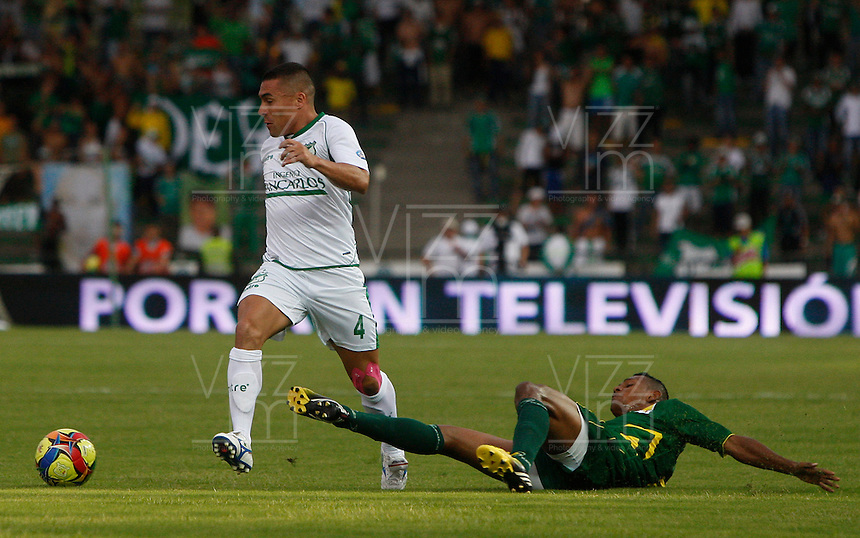 ARMENIA -COLOMBIA, 22-09-2013. Un jugador del Quindio disputa el balón con Vladimir Marín del Deportivo Cali  válido por la fecha 10 de la Liga Postobón II 2013 jugado en el estadio Centenario de la ciudad de Armenia./ Quindio player  fights for the ball with Cali player Vladimir Marin during match valid for the 10th date of the Postobon  League II 2013 at Centenario stadium in Armenia city. Photo: VizzorImage/STR