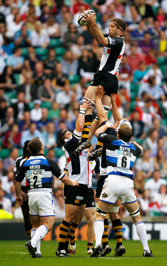 Photo: Richard Lane/Richard Lane Photography. London Wasps v Bath Rugby. The St. George's Day Game. Guinness Premiership. 24/04/2010. Wasps' Joe Worsley wins a lineout.