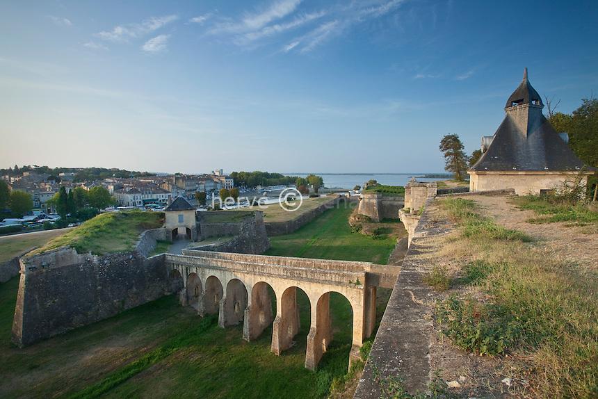 France, Gironde (33), estuaire de la Gironde, Blaye, citadelle de Vauban du XVIIe siècle, classée Patrimoine Mondial de l'UNESCO, ville de Blaye depuis les remparts de la citadelle // France, Gironde, estuary of the Gironde, Blaye, citadel Vauban of the seventeenth century, listed as World Heritage by UNESCO, the city of Blaye since the ramparts of the citadel