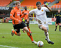 :: DUNDEE UTD'S SCOTT ROBERTSON TRIES TO GET PAST MOTHERWELL'S KEITH LASLEY   ::
