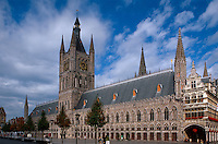 gotische Tuchhalle, Belfried und Rathaus in Ypern (Ieper), die gotische Tuchhalle, der größte gotische Profanbau Europas wurde nach der völligen Zerstörung im 1. Weltkrieg wieder aufgebaut, Flandern, Belgien, Unesco-Weltkulturerbe