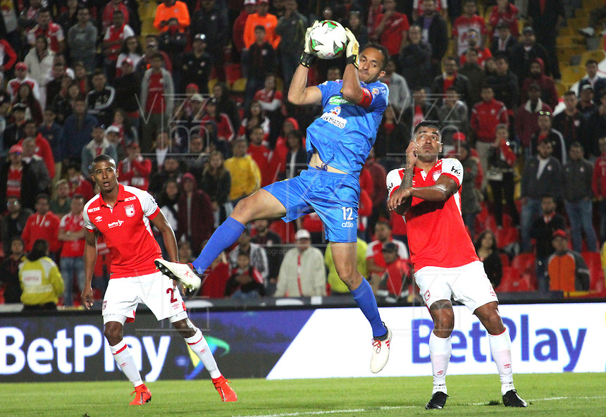BOGOTÁ- COLOMBIA, 28-07-2019:Jefferson Duque (Der.) jugador del Independiente Santa Fe    disputa el balón contra Ricardo Jerez (Centro) guardameta  de Alianza Perolera durante partido por la fecha 3 de la Liga Águila II  2019 jugado en el estadio Nemesio Camacho El Campín  de la ciudad de Bogotá. /Jefferson Duque (R) player of Independiente Santa Fe  fights for the ball  against of Ricardo Jerez (C) player of Alianza Petrolera during the match for the date 3 of the Liga Aguila II 2019 played at the Nemesio Camacho El Campin  stadium in Bogota city. Photo: VizzorImage / Felipe Caicedo / Staff