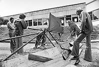la fabbrica di orologi LIP occupata e autogestita dai lavoratori; preparazione delle difese contro gli attacchi della polizia (Besan&ccedil;on, luglio 1977)<br /> <br /> - the LIP clocks factory  self-managed by workers; preparation of outworks against police attacks (Besan&ccedil;on, July 1977)